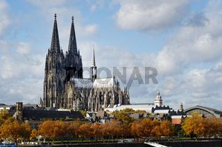 Köln mit Dom im Herbst