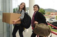 Studenten beim Umzug ins Studentenwohnheim