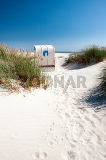 Nordsee - Strandkorb in Dünen