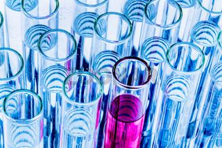 Laborgläser bei Versuch in Chemie Labor