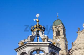 Marienbrunnen und Kirchenturm, Einsiedeln, Schweiz