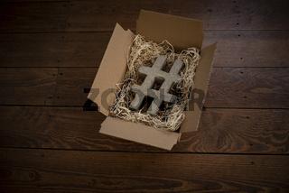 #Hashtag aus Beton in einer Pappschachtel