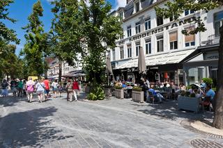 Touristen in Strassencaffees