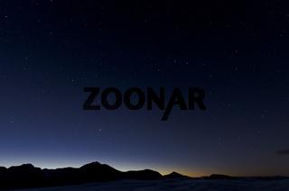 Abenddaemmerung und Sternenhimmel ueber Gipfeln im Rondane Nationalpark, Hedmark