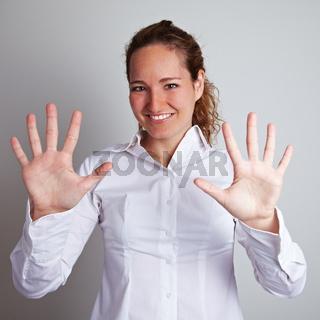 Geschäftsfrau zeigt offene Hände