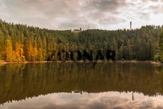 Mummelsee im Schwarzwald mit Blick auf die Hornisgrinde, Baden-Württemberg, Deutschland