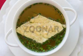Hühnersuppe mit gebackener Suppeneinlage - klare Rindsuppe