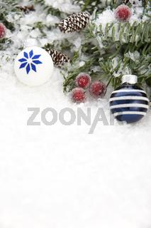 Blautanne mit Schnee und Weihnachtsdeko