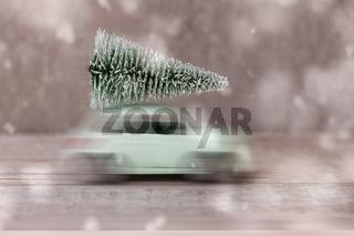 Weihnachtsbaum auf einem Spielzeugauto