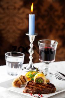 Steak mit gegrillten Kartoffeln auf einem Teller