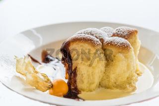 ofenfrische Buchteln mit Vanillesauce als Dessert