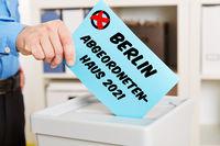 Hand beim Wählen für Abgeordnetenhaus in Berlin 2021