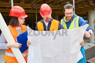 Architekt und Handwerker Team mit Bauzeichnung
