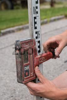 Vermessung eines Baugrundstückes - Nahaufnahme Bauarbeiter