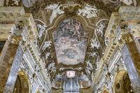 Das Fresko der Himmelfahrt der Jungfrau Maria in der Kuppel von Giovanni Domenico Cerrini (1675) in der Kirche Chiesa di Santa Maria della Vittoria.