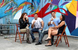 Vier Freunde sitzen