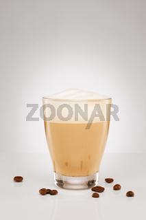cappuccino in einem kleinen glas