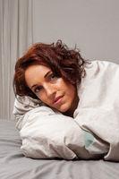 Frau kuschelt im Bett