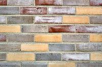 Mehrfarbige Backsteinmauer