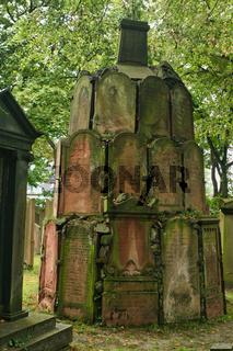 Zum Denkmal zusammengefügte Grabsteine des ersten Offenbacher jüdischen Friedhofs aus dem 18./19. Jhdt. Aufgelöst 1860 wegen Bauarbeiten.