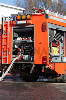 Feuerwehr Einsatzfahrzeug mit Schlauch