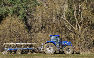 Den Traktor vor dem Waldrand abgestellt
