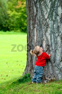 Kleines Mädchen - großer Baum