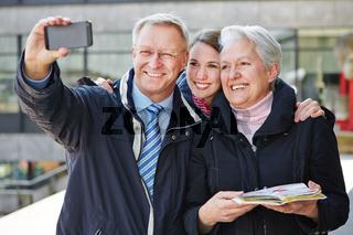 Familie macht Selbstportrait mit Handy