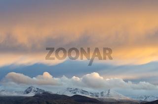 abendliche Lichtstimmung ueber den Bergen Hoegronden, Midtronden und Digerronden, Rondane Nationalpark, Hedmark