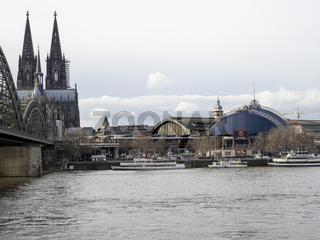 Hohenzollernbrücke, Kölner Dom, Hauptbahnhof und Musical Dome - Kölner Rheinpanorama