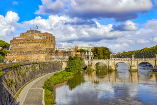 Engelsburg mit der Engelsbrücke und dem Tiber in Rom