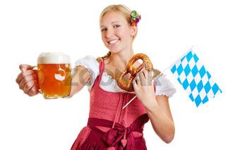 Frau hält Bier, Brezel und bayrische Flagge