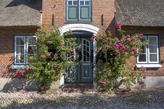Hauseingang mit Rosen