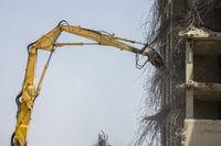 Еxcavator demolishes an old building