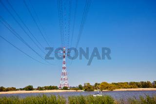 Rot-weiße Strommasten stehen an der Elbe