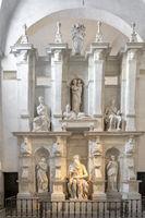 Juliusgrabmal mit Moses Statue in Marmor von Michelangelo für Papst Julius II. in der Kirche San Pietro in Vincoli in Rom in Italien