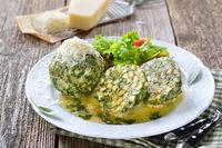 Südtiroler Spinatknödel mit Salbei-Butter