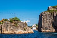 Blick auf den Olavsund zwischen den Schäreninseln Kapelløya und Helgøya in Norwegen