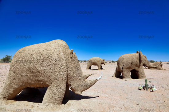 Sand-Ton-Figuren am Wegesrand in Namibia | sand figures at the road in Namibia