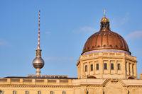 Die Kuppel des wiederaufgebauten Berliner Stadtschlosses und der berühmte Fernsehturm