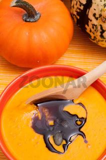 Kürbissuppe mit Holzlöffel