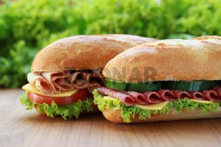 Baguettes belegt mit Salami und Schinken
