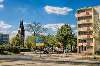 erkner, deutschland - 27.04.2020 - stadtzentrum mit evengelischer kirche