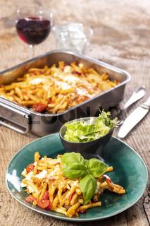 italienische Makkaroni mit Käse und Basilikum
