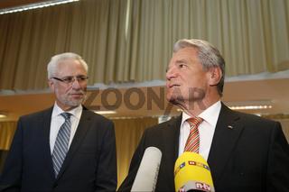 President Gauck and  Egeler, Federal election supervisor, thanks in Berlin.