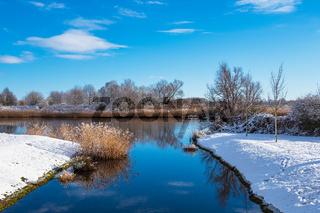Landschaft an der Warnow in der Hansestadt Rostock im Winter
