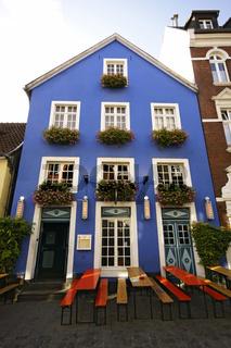 Haus mit blauer Fassade und Biertischen in Münster, Westfalen, Deutschland