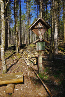 Gedenkkreuz im Wald auf der Schwäbischen Alb