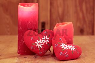 Rote Herzen und Kerzen