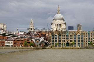 London St Paul's Cathedral und Millenium Bridge